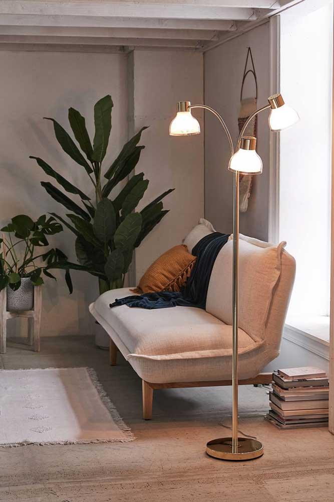 Olha que luminária de chão mais elegante e charmosa para decorar a sua sala de estar.