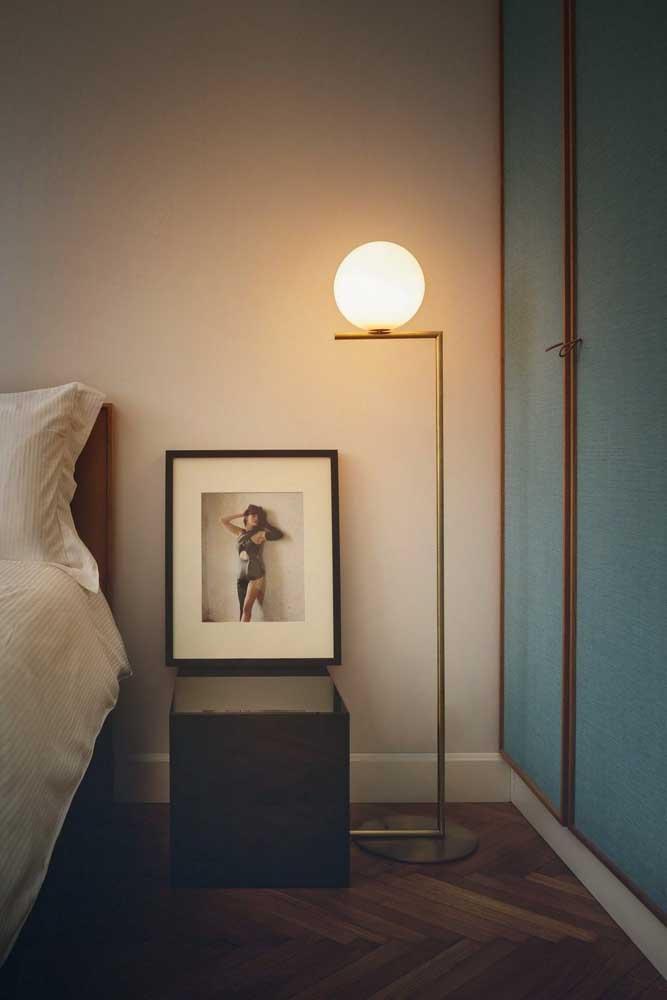 Você pode optar por uma luminária de chão para quarto com iluminação mais suave.