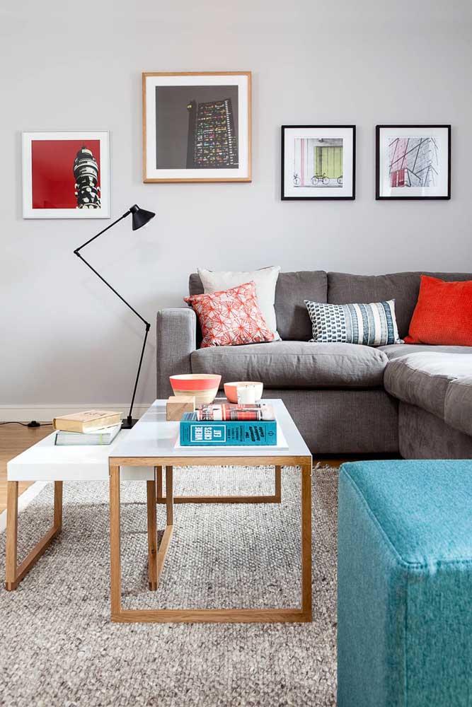 Você pode escolher uma luminária de chão para leitura para colocar próximo ao sofá.