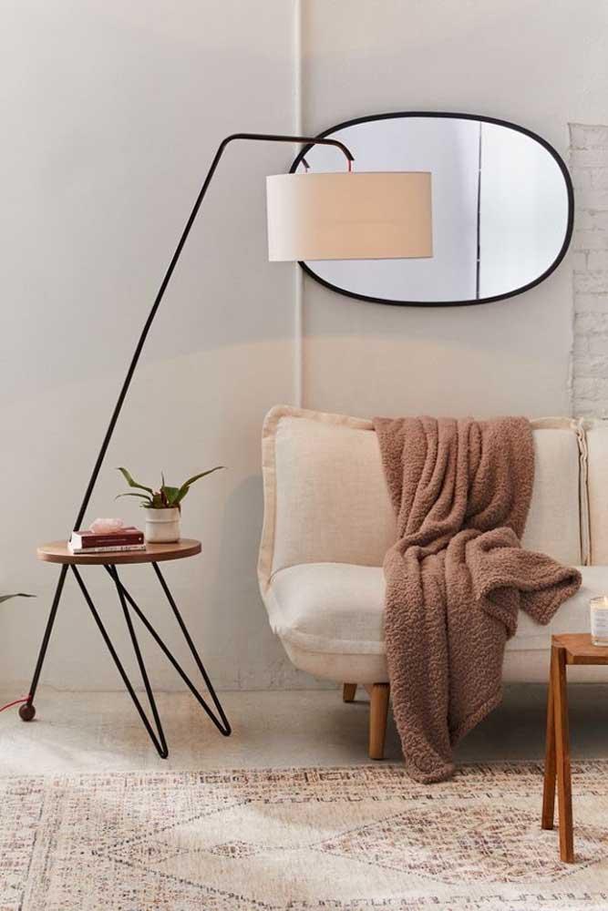 Olha o luxo dessa luminária de chão para sala.