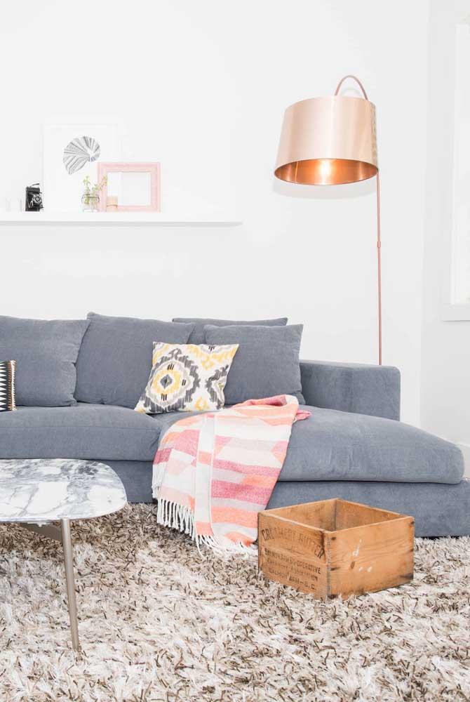 Que tal usar uma luminária de metal em uma sala decorada no estilo rústico?