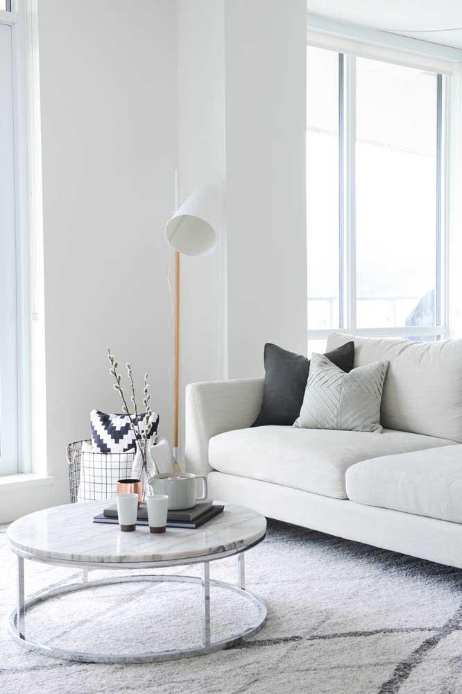 A cor da luminária de chão também pode influenciar na decoração do ambiente.