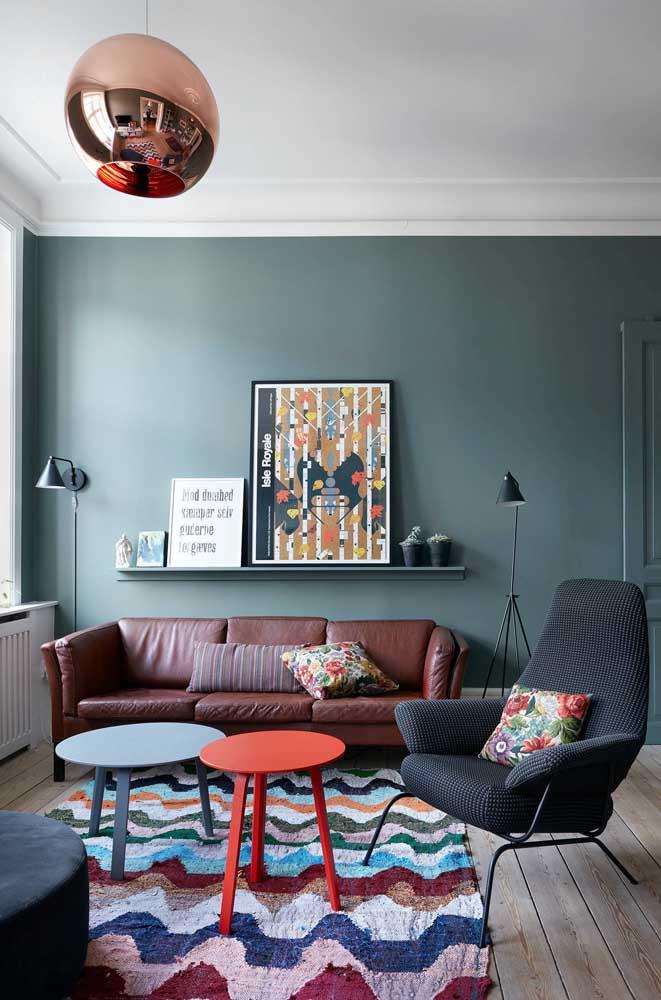Uma luminária de chão preto combina com vários tipos de decoração.