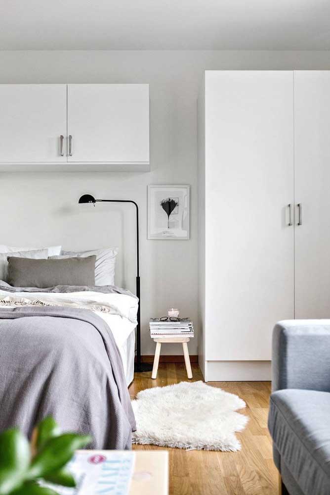 Quem gosta de ler na cama o mais indicado é investir na luminária de chão.