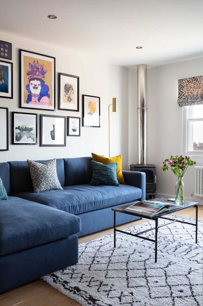 Que tal uma luminária de chão amarela para combinar com o sofá azul?