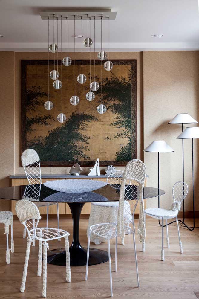 Ao invés de usar apenas uma luminária, coloque três luminárias na sala de jantar.