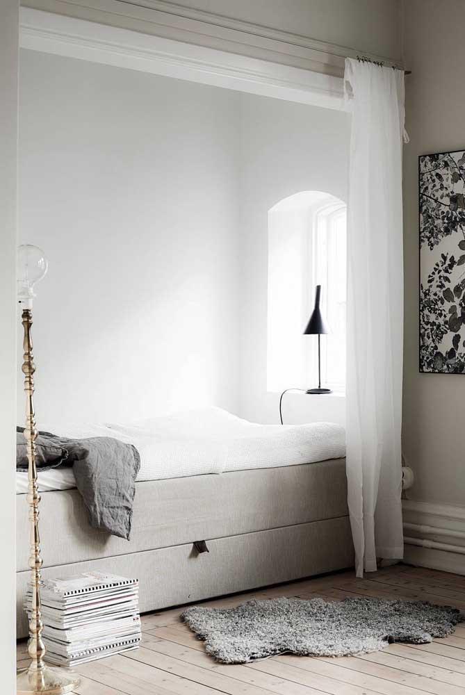 Algumas pessoas preferem usar uma luminária de chão mais clássica e luxuosa.
