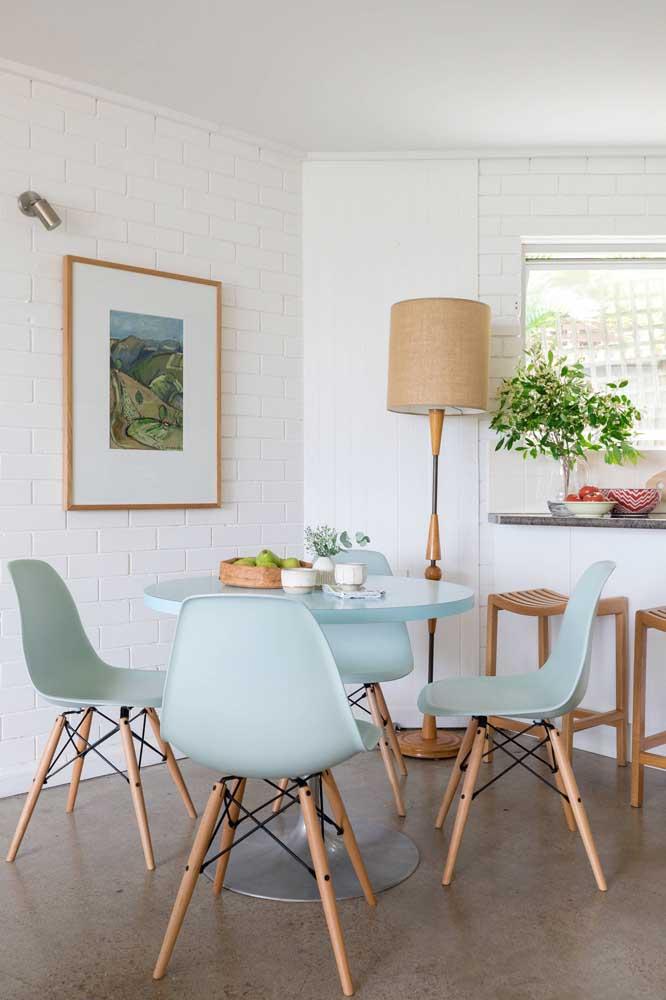 Uma decoração rústica ganha mais charme com a luminária de chão artesanal.