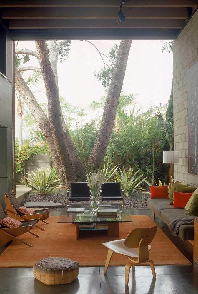 A área externa da casa não pode deixar de ser ilumina. Portanto, escolha uma luminária de chão para jardim.