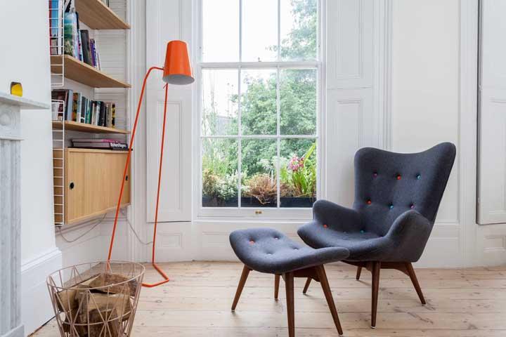 Se você quer um ambiente moderno pode escolher uma luminária de chão laranja.