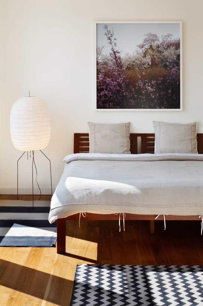 Veja como você pode fazer uma luminária de chão artesanal para decorar o seu quarto.