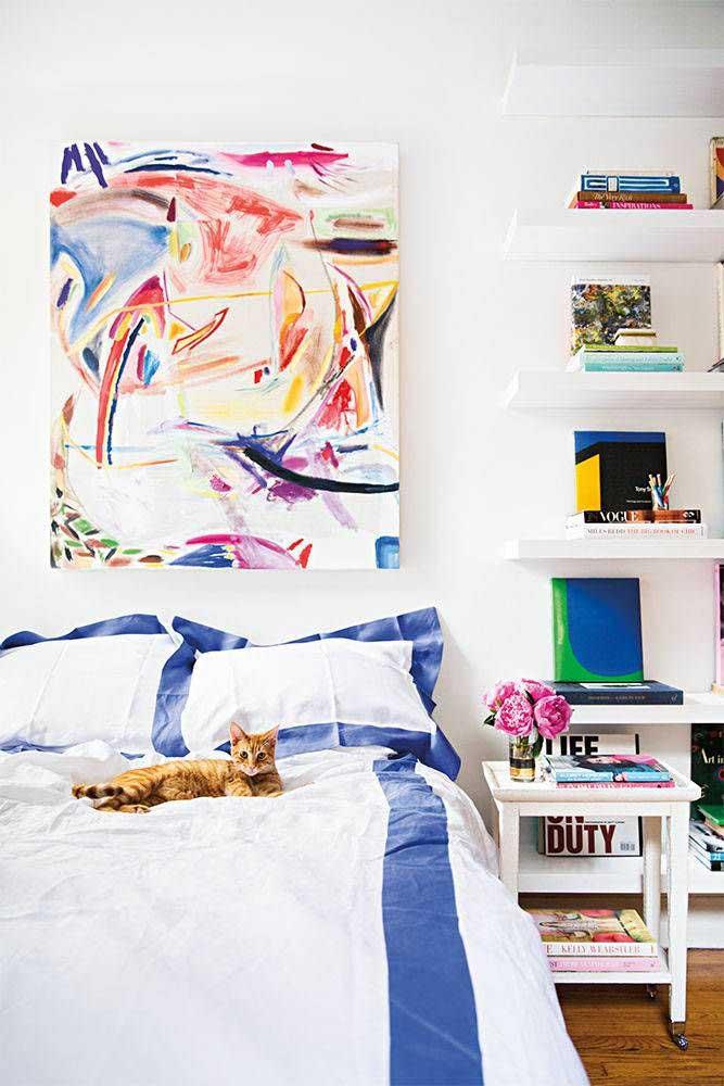 A parede que fica atrás da cama merece ganhar destaque com um quadro diferenciado.