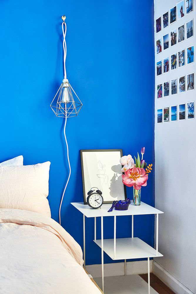 Para decorar o quarto simples e pequeno coloque um mural de fotos na parede.
