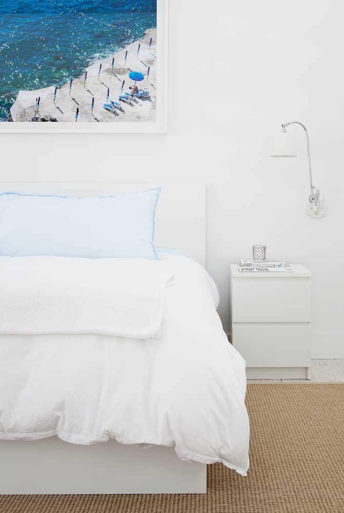 Escolha cores claras na hora de decorar o quarto de casal.
