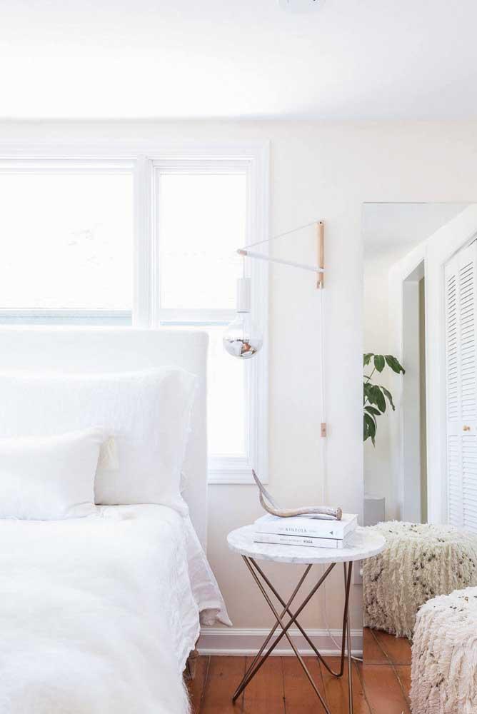 Combine a parede branca com a roupa de cama no mesmo tom.
