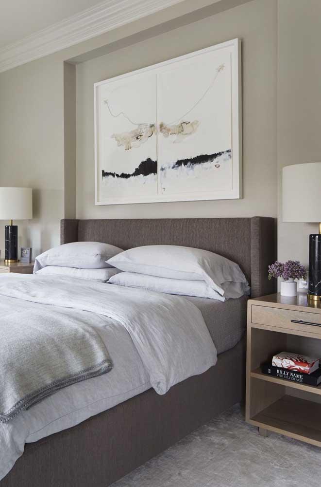 Bege e marrom são boas cores para quarto de casal simples.
