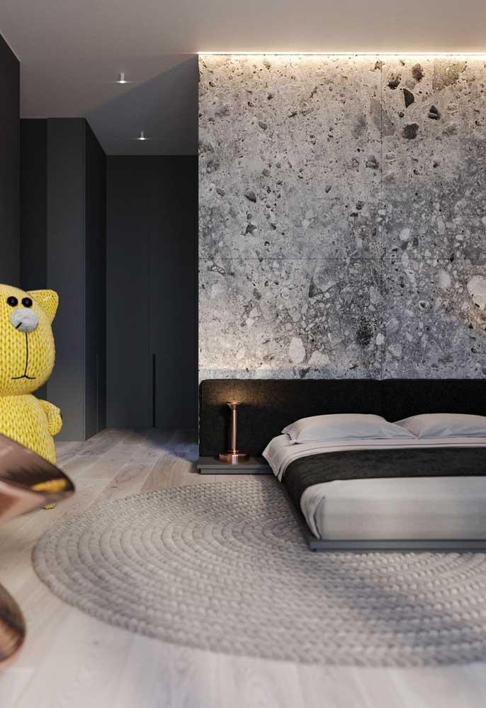O revestimento na parede já faz enorme diferença no quarto de casal simples.
