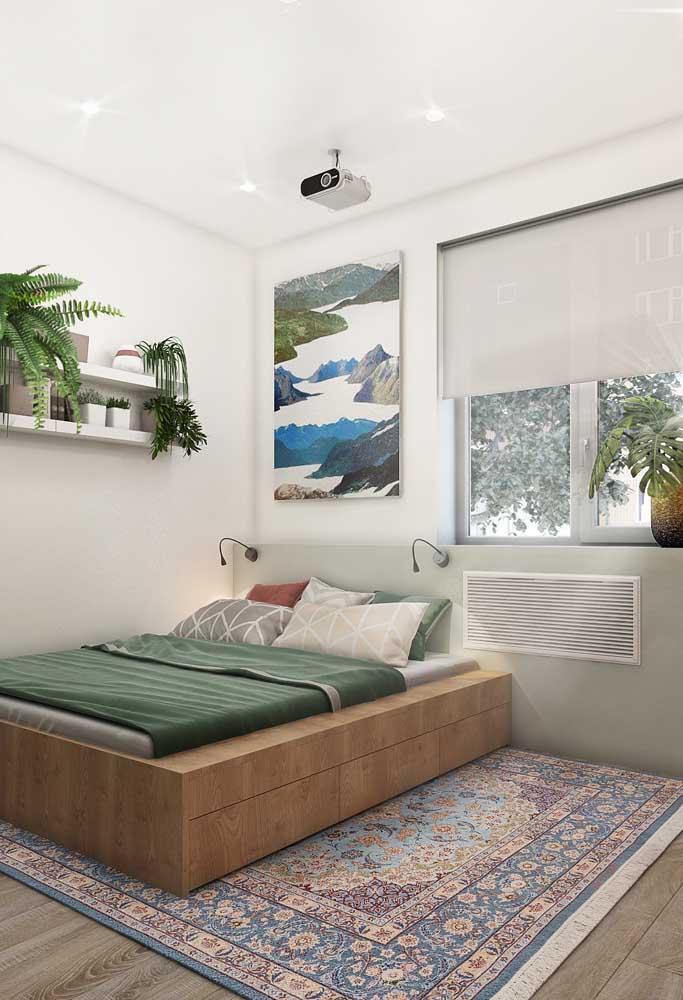 O tapete ajuda a valorizar o quarto simples.