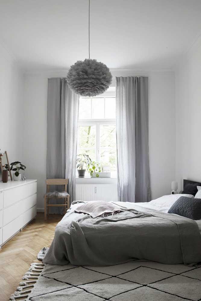 A cor cinza é uma das mais usadas no quarto simples.