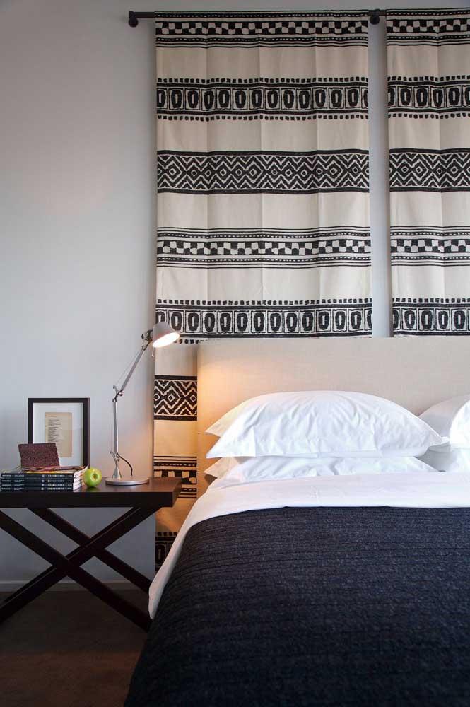 Destaque a parede do quarto com uma bela cortina.