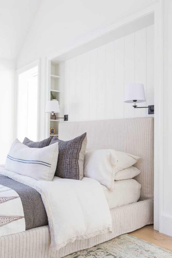 Coloque bastante almofadas na cama do quarto de casal.