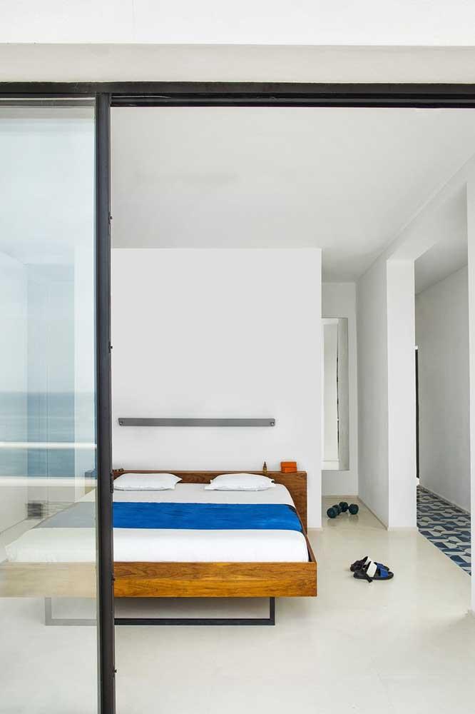 Uma cama simples para um quarto simples.