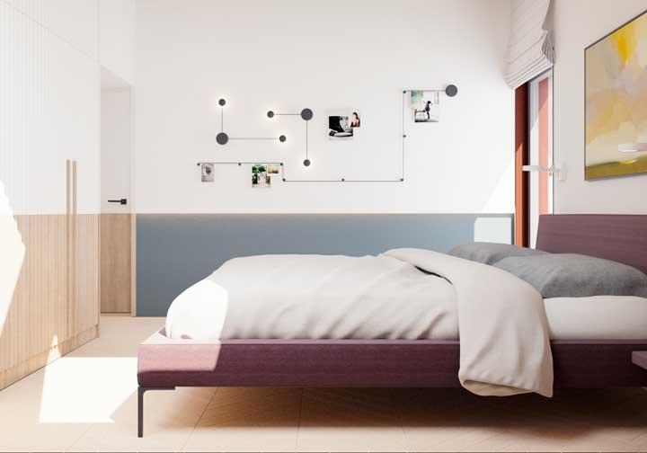 No quarto de casal simples basta usar alguns elementos decorativos na parede para valorizar o espaço.
