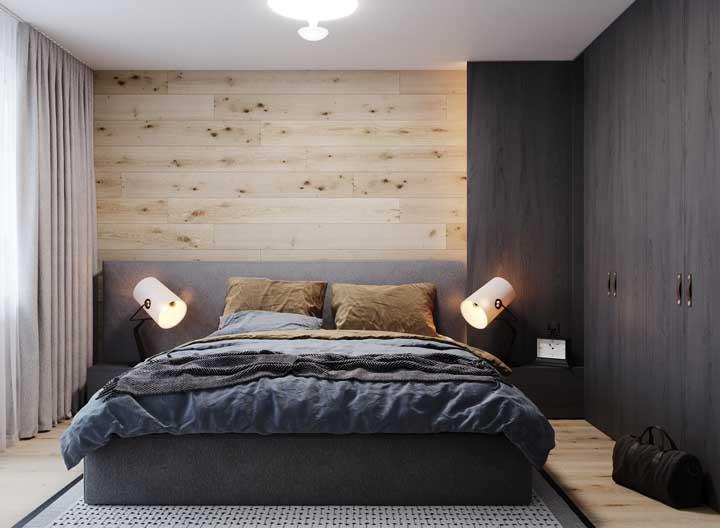 A iluminação pode ser direcionada para a cama de casal, principalmente na hora da leitura.
