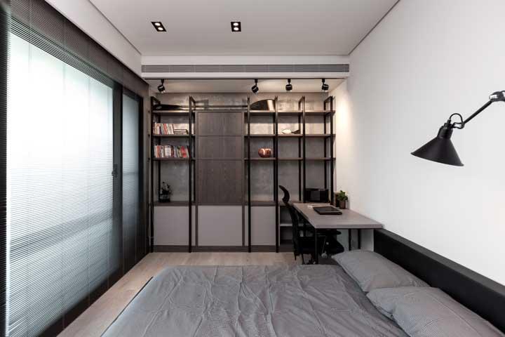 O quarto de casal pode se transformar também no escritório da casa.