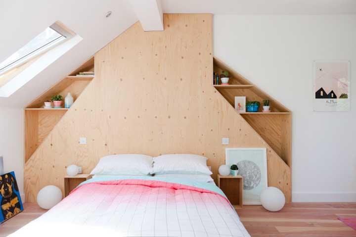 Veja que cabeceira diferente e rústica para o quarto de casal.