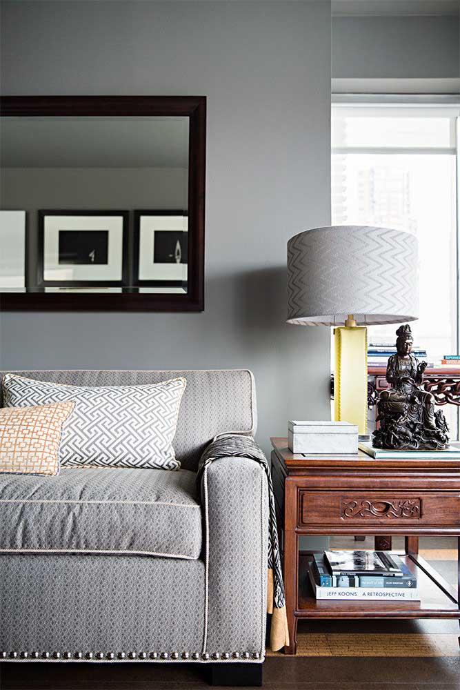 Olha essa sala com sofá cinza combinando com o abajur.