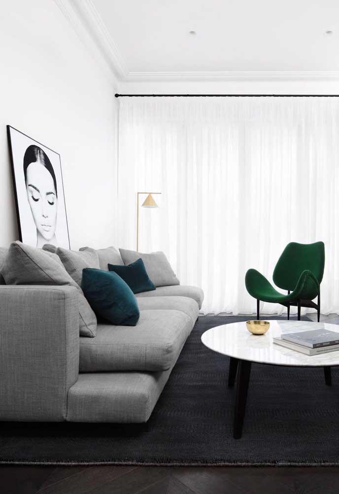 Equilibre os tons de cinza na hora de decorar a sala de estar.
