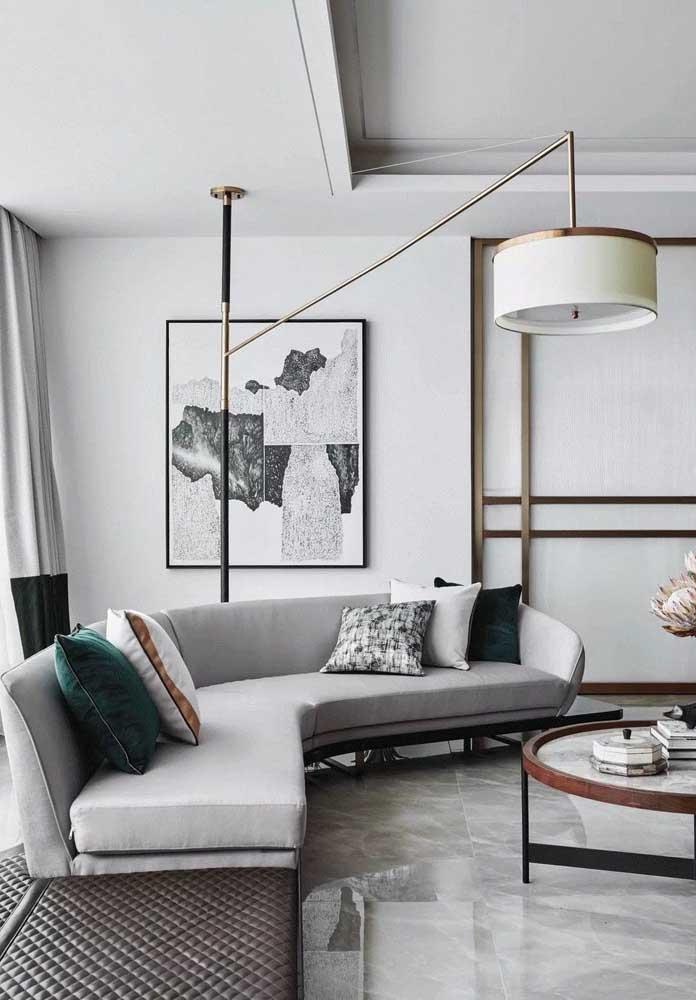 Para quebrar a sobriedade da sala cinza, basta colocar um belo quadro na parede.