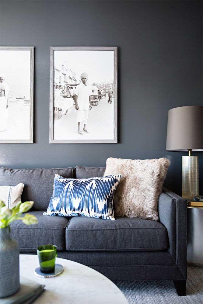 A sala com parede cinza é uma ótima opção para quem deseja ter um ambiente mais moderno.