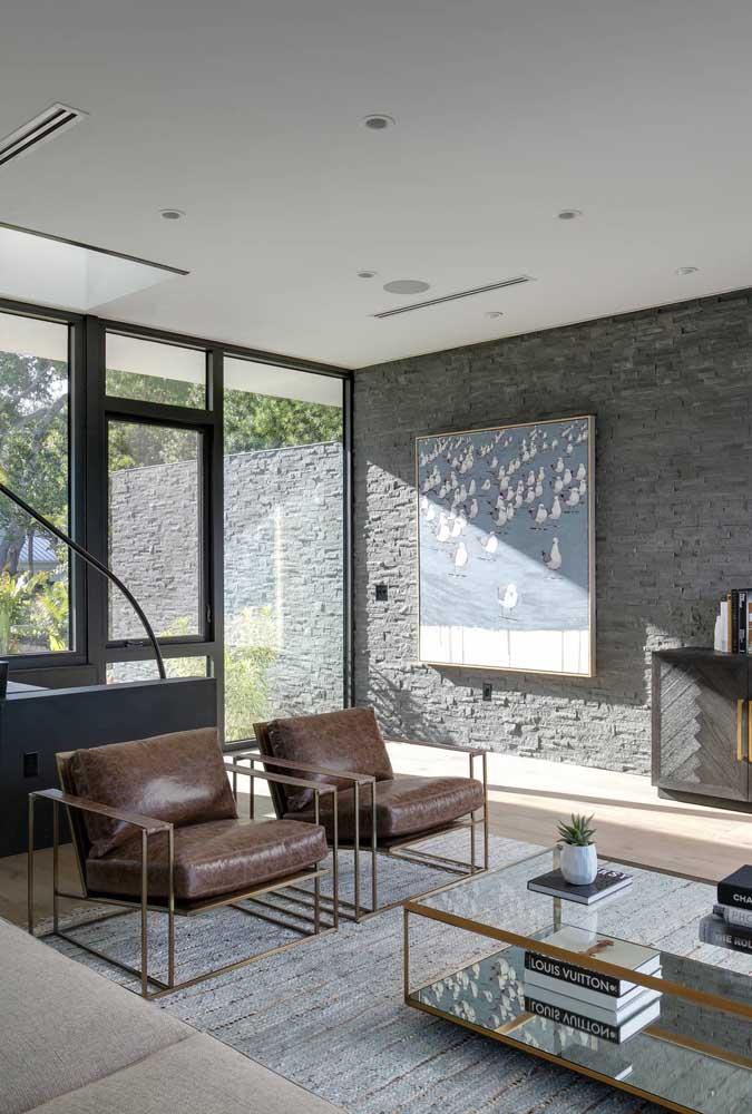 Uma bela opção de piso cinza com parede de cimento queimado para sua sala de estar.