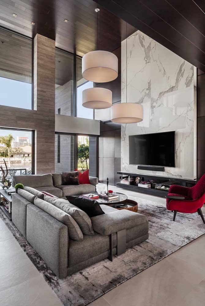 Olha o luxo dessa sala de estar cinza e vermelho.