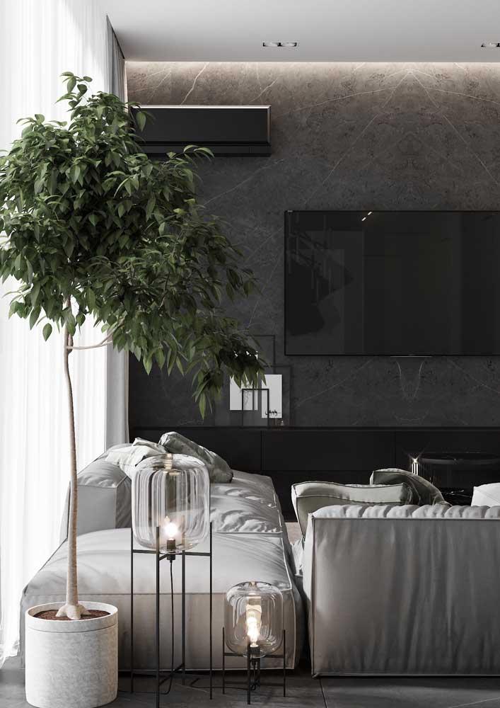 Invista em uma decoração moderna para a sala cinza e preto.