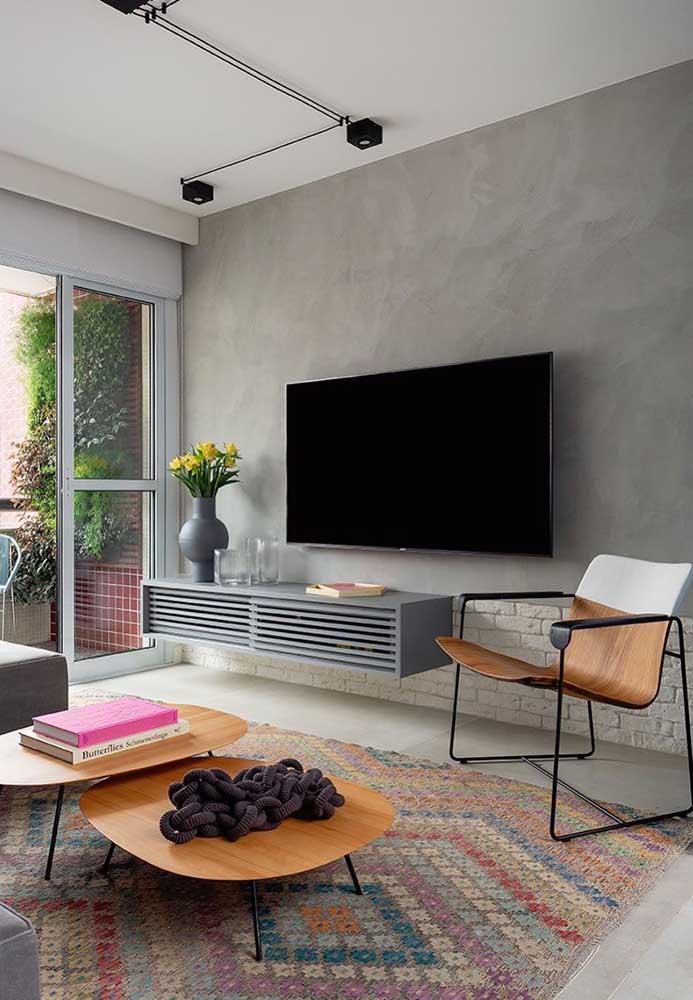Olha que tapete colorido perfeito para alegrar a decoração da sala cinza.