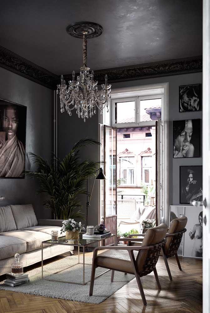 Mais ainda quando o lustre é de cristal e a decoração é toda cinza.
