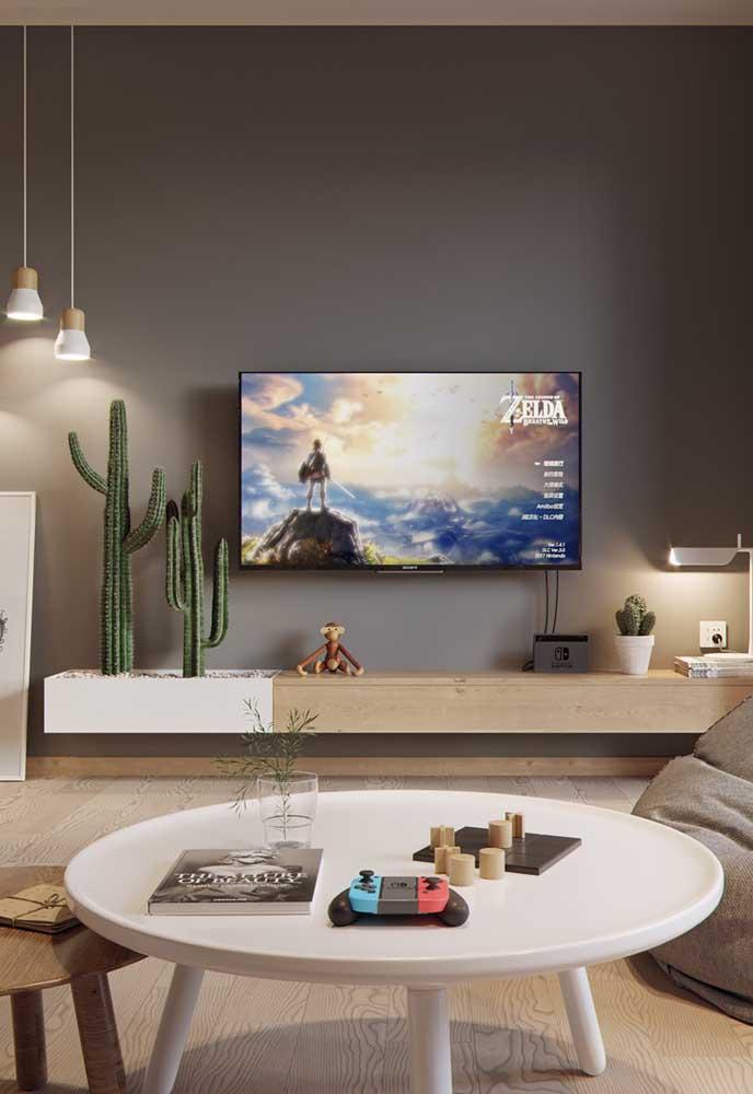 Nesse caso a cor cinza está presente na pintura da parede e em alguns itens decorativos.