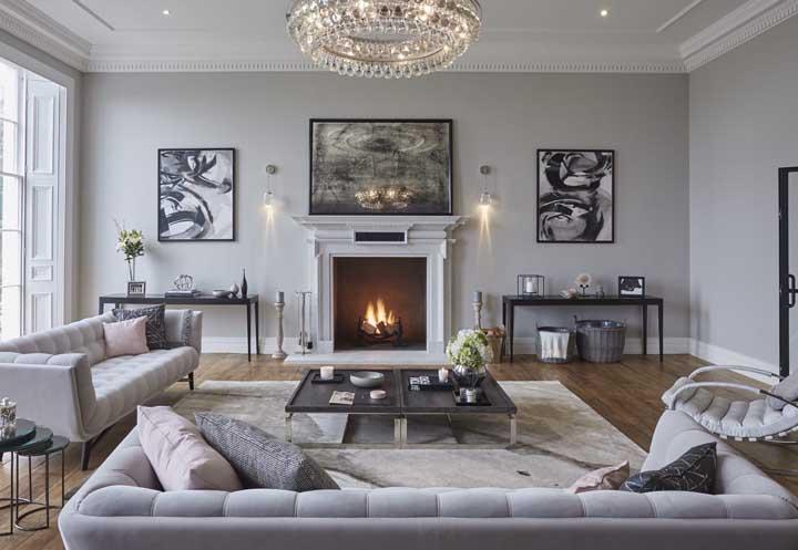 Ou quem sabe usar a cor cinza para deixar a sala de estar mais ampla e charmosa?