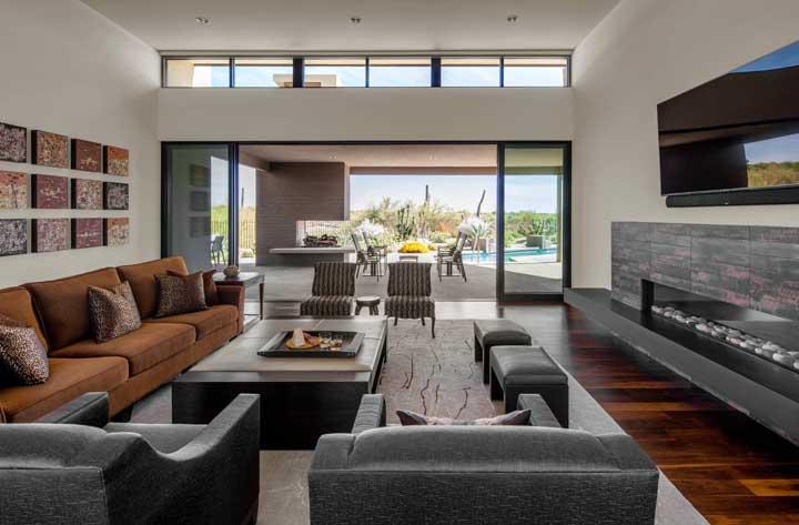 Nessa sala de estar você percebe como as cores cinza e marrom proporcionam um ambiente harmônico.