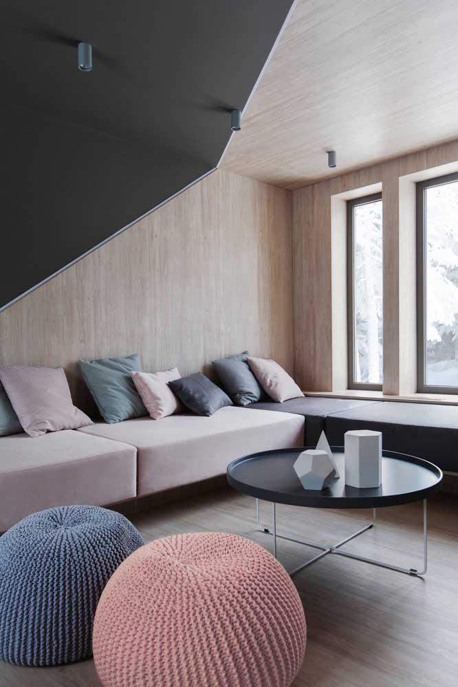 Que tal escolher uma sala cinza e rosa com elementos decorativos nesses tons?