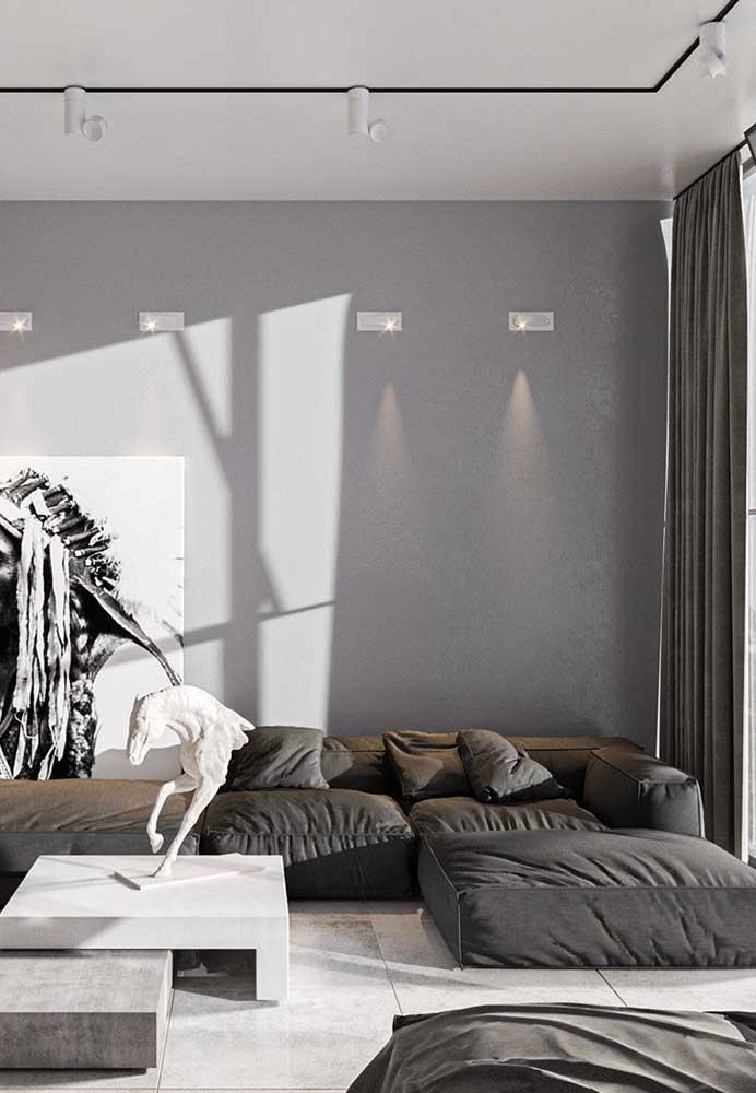 Os elementos decorativos ganham destaque na decoração de sala cinza.