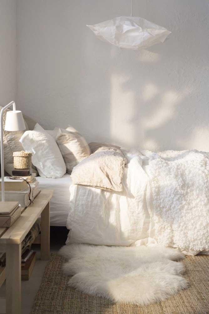 Mas se não tiver muito espaço, o ideal é optar por um tapete felpudo pequeno.