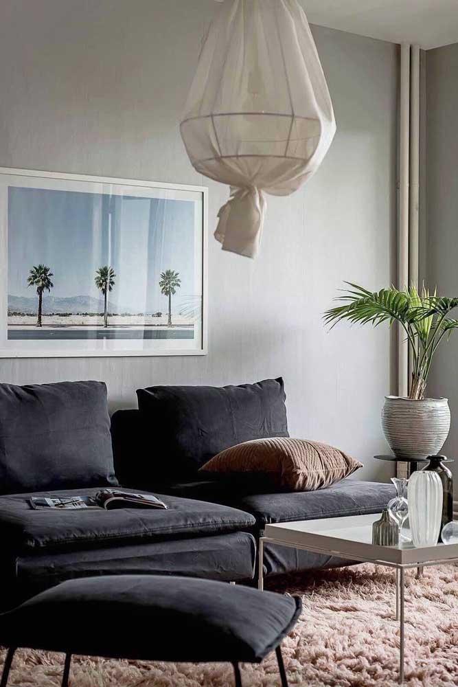 Olha que combinação mais linda do tapete felpudo rosa com o sofá preto.