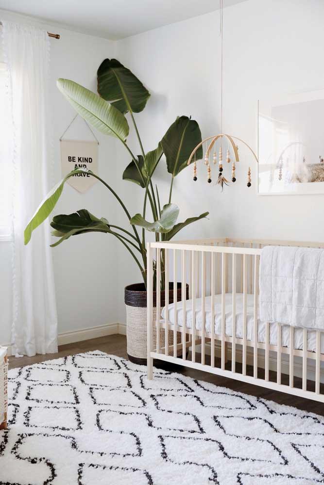 Quem disse que não dá para colocar um tapete felpudo no quarto do bebê?
