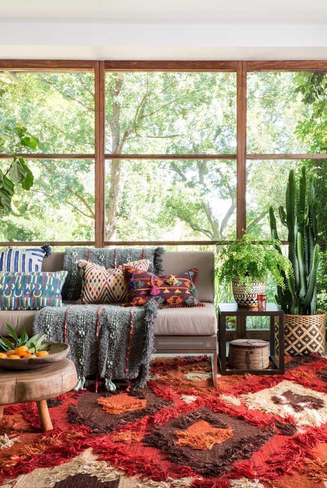 Veja que modelo de tapete felpudo vermelho diferenciado e estiloso para sua casa.