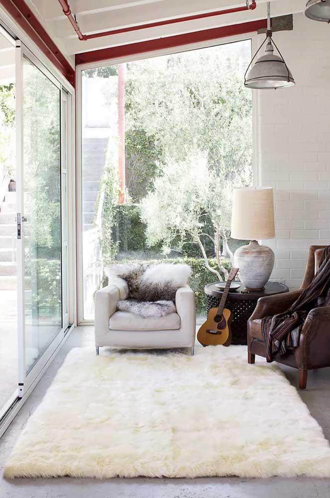 Um tapete felpudo pode combinar perfeitamente com o estilo rústico.