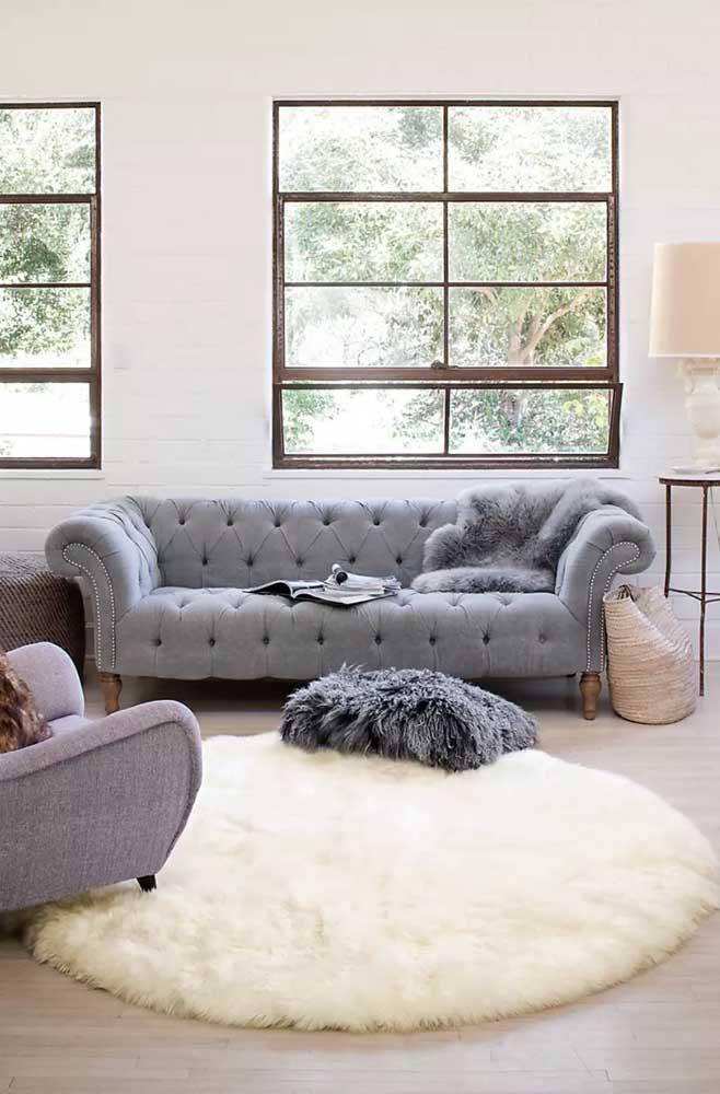 Para combinar com o sofá cinza você pode escolher o tapete felpudo bege.